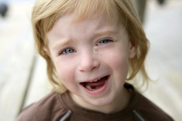 Adorable petite fille blonde qui pleure le portrait
