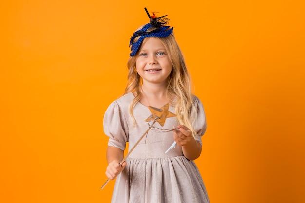 Adorable petite fille en costume