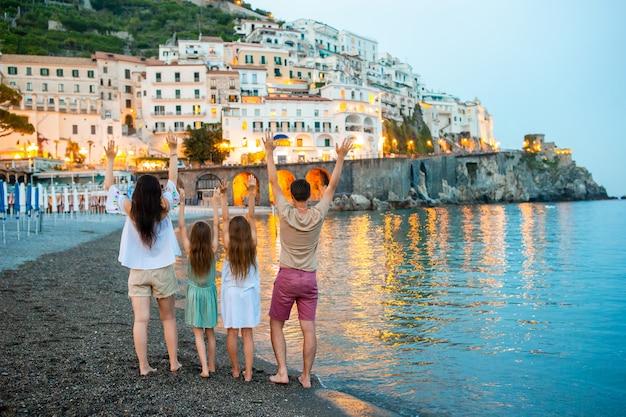 Adorable petite fille sur coucher de soleil dans la ville d'amalfi en italie
