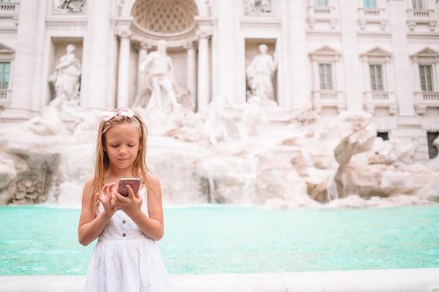 Adorable petite fille fontaine de trevi, rome, italie,
