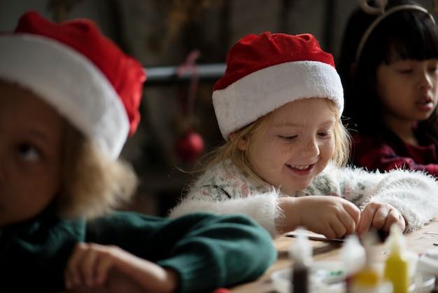Adorable petite fille gaie coiffée d'un bonnet de noel