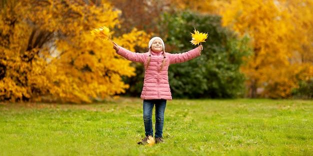 Adorable petite fille et garçon en plein air au beau jour d'automne