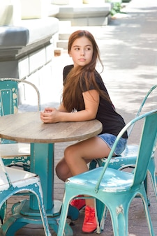 Adorable petite fille heureuse à l'extérieur dans une terrasse
