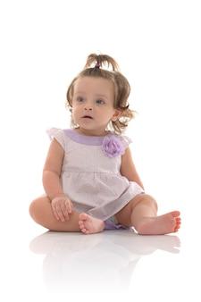 Adorable petite fille isolée sur fond blanc