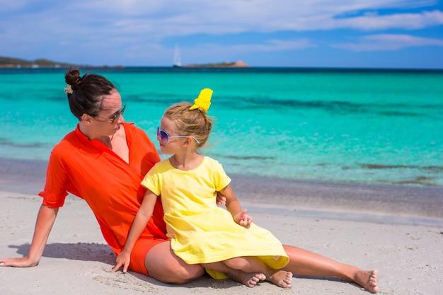 Adorable petite fille et jeune maman pendant les vacances d'été