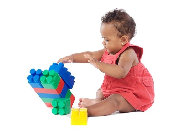 Adorable petite fille jouant avec des blocs de construction