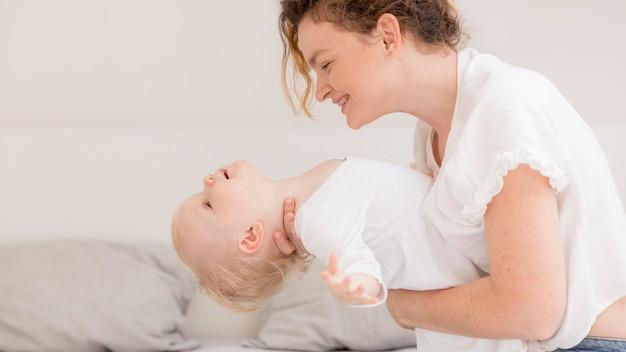 Adorable petite fille jouant avec la mère