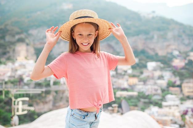Adorable petite fille sur une journée d'été chaude et ensoleillée dans la ville de positano en italie