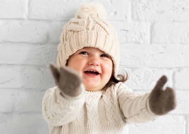 Adorable petite fille en levant les mains