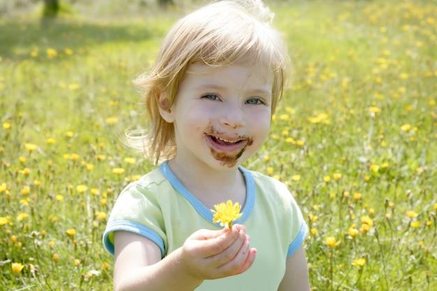 Adorable petite fille mangeant du chocolat
