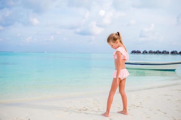 Adorable petite fille pendant les vacances à la plage, s'amusant