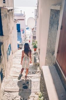 Adorable petite fille en plein air de la ville européenne