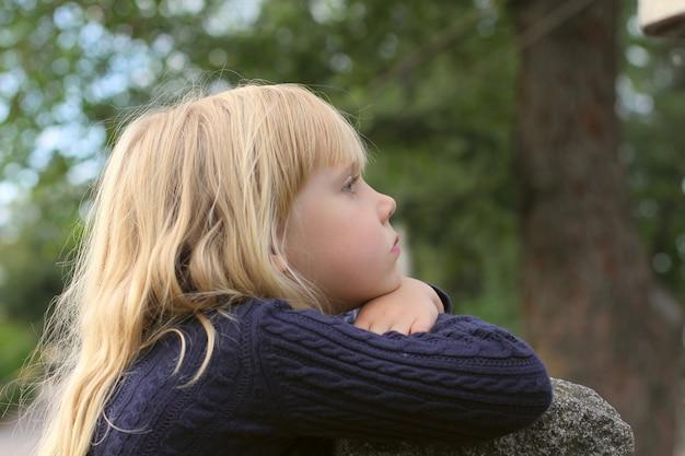 Adorable petite fille prise en gros plan à l'extérieur