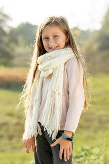 Adorable petite fille qui pose à la mode