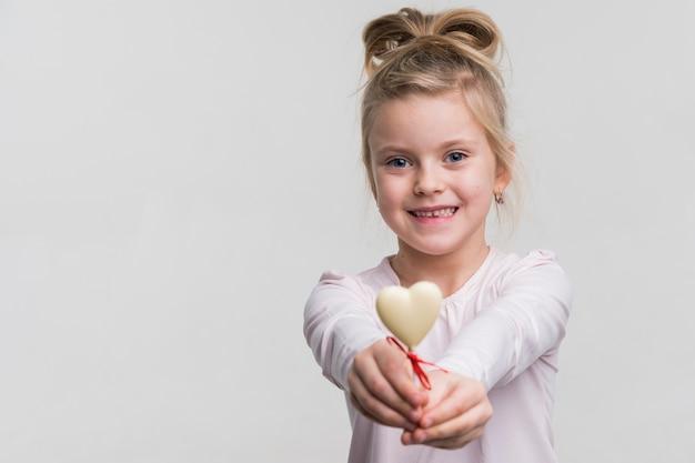 Adorable petite fille souriante