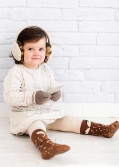 Adorable petite fille tenant un cahier