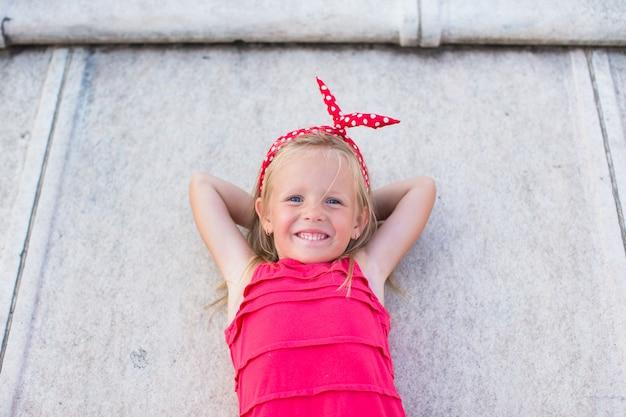 Adorable petite fille sur le toit du duomo, milan, italie