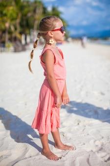 Adorable petite fille en vacances à la plage tropicale