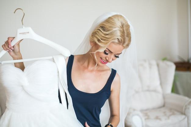 Adorable préparation de la mariée