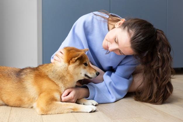 Adorable shiba inu avec sa propriétaire