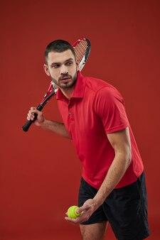 Un adorable sportif barbu concentré en vêtements de sport s'entraîne à l'intérieur