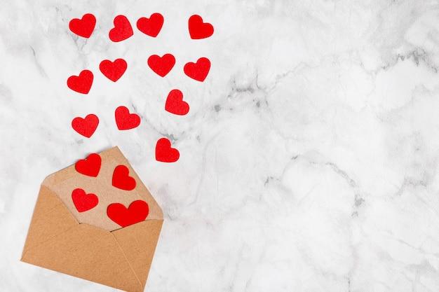 Adorables coeurs en enveloppe à plat