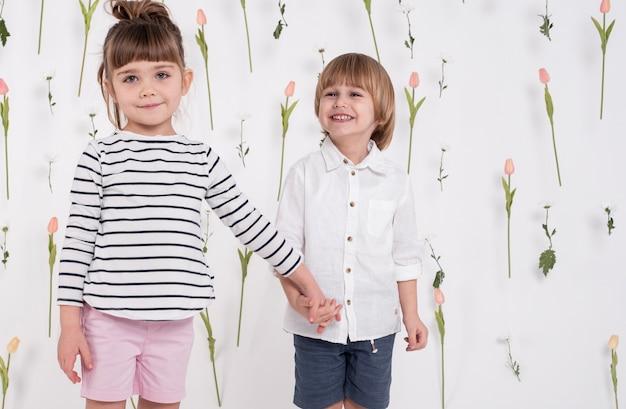 Adorables enfants, tenant mains, coup moyen