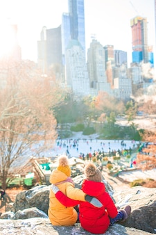 Adorables petites filles dans central park à new york city