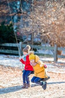 Adorables petites filles dans central park à new york