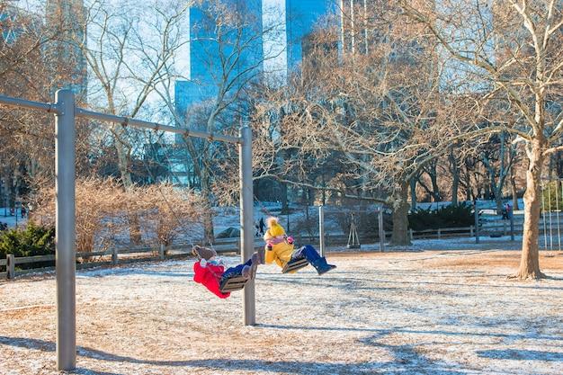 Adorables petites filles s'amusant à central park à new york