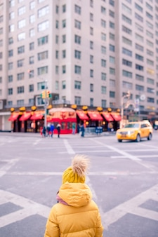 Adorables petites filles s'amusent à times square à new york