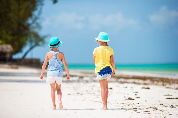 Adorables petites filles en vacances d'été à la plage