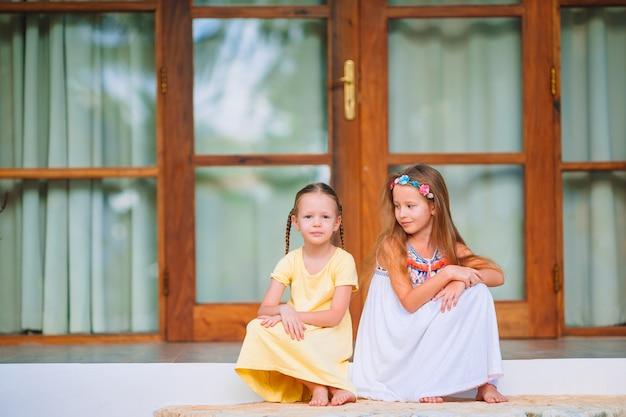 Adorables petites filles en vacances exotiques d'été