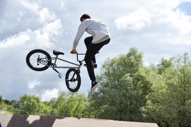 Ados monte un vélo de cascade extrême