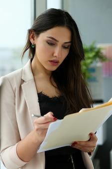 Adulte beau sourire heureux mode femme d'affaires client indien vendeur de pratique de gestion occupé