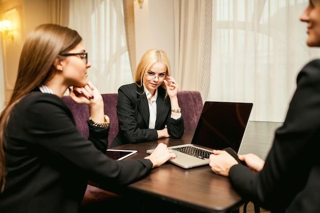 Adulte, bureau, jeune fille, équipe, élégant