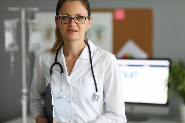 Adulte, caucasien, femme médecin, contre, hôpital, bureau