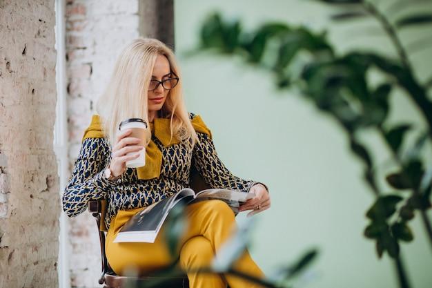 Adulte, femme, séance, chaise, boire, café, lecture, magazine