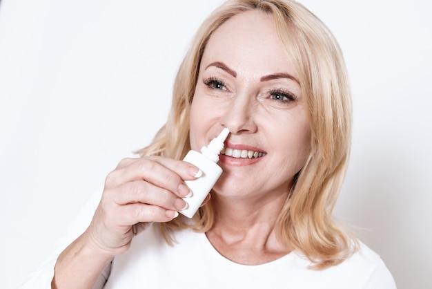 Adulte femme tenant des médicaments et regarde dans la caméra.