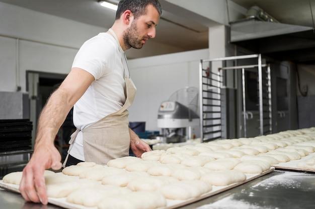 Adulte travaillant sur de délicieux pains frais