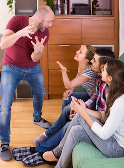 Adultes jouant des charades