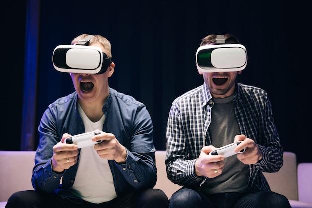 Les adultes jouent à des jeux vidéo à la maison