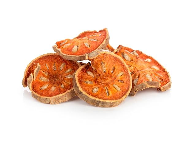 Aegle marmelos. fruits de bael secs sur blanc