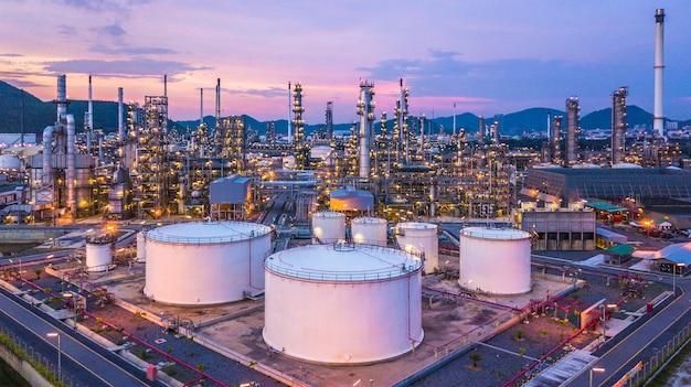Aerial top vue huile et gaz réservoir chimique avec fond de raffinerie de pétrole au crépuscule
