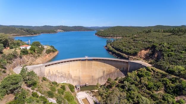 Aérien. le barrage odiaxere, réservoir d'eau de bravura, au sud du portugal.
