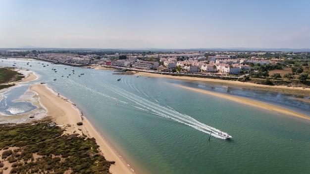 Aérien. bateau sur la rivière ria formosa santa luzia, tavira. le portugal