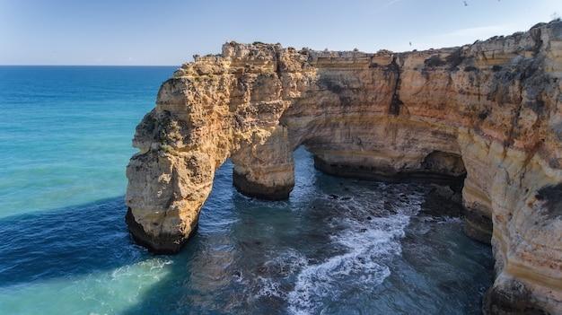 Aérien. belles plages portugaises marinha, albufeira vue depuis le ciel.