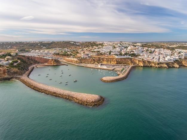 Aérien. entrée du port d'albufeira marina, brise-lames au premier plan.