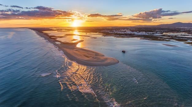 Aérien. paysage coucher de soleil depuis le ciel de la plage de la baie de fuseta.