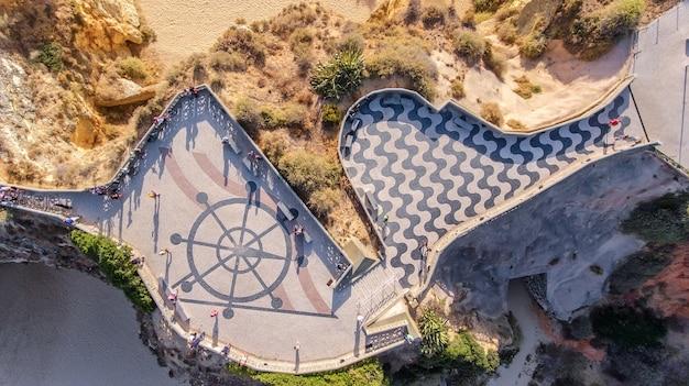 Aérien. point de vue de trois châteaux à portimao praia de rocha
